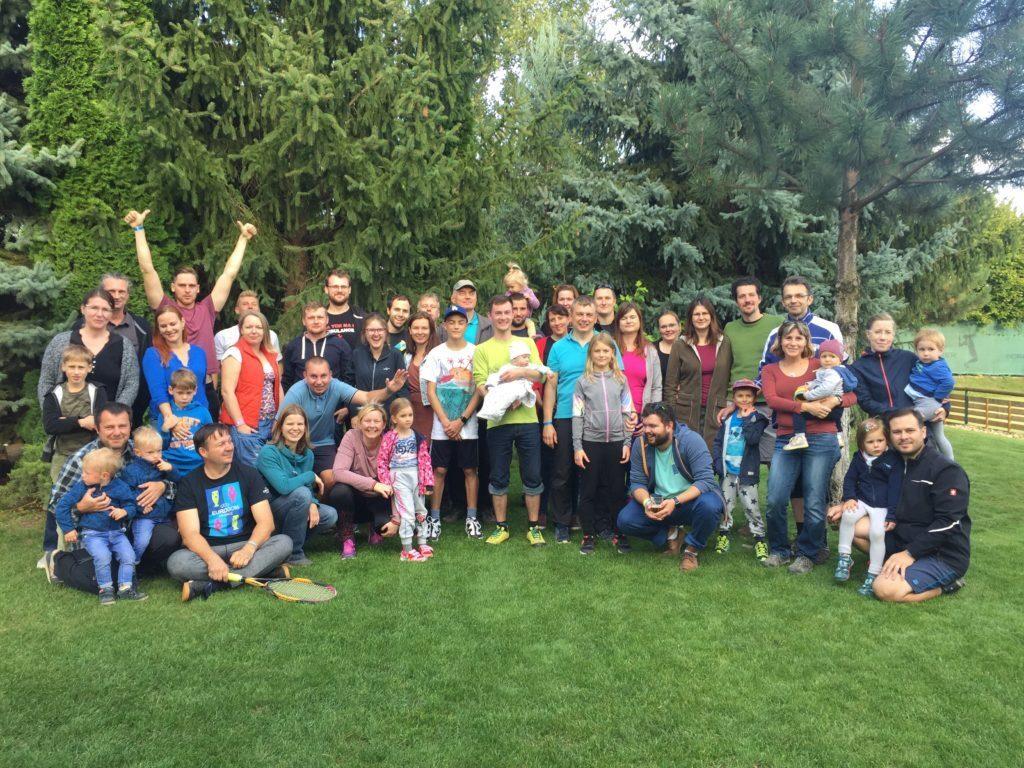 Společné foto zaměstnanců DComu a jejich rodin v areálu Šneksport Šlapanice